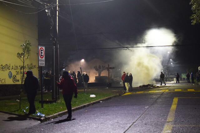 Violenta noche en La Araucanía: más de 20 detenidos y dos municipalidades incendiadas