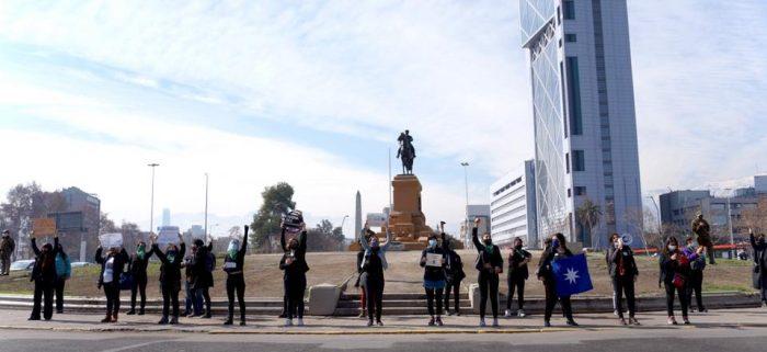 Grupo feminista reinauguró manifestaciones en Plaza Baquedano tras nuevo paso a transición en Providencia