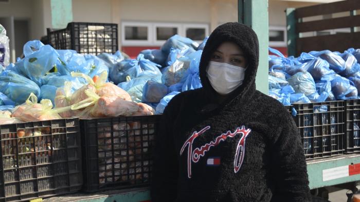 Scarlette Sepúlveda, la joven de La Pintana que reparte en camión alimentos para madres adolescentes de la comuna