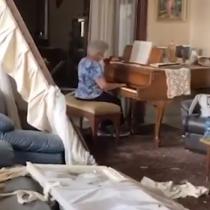 Mujer toca el piano en medio de las ruinas de su casa producto de la explosión en Beirut