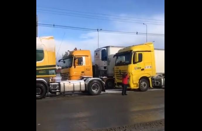 Camioneros interrumpen el tránsito en diversos puntos del país por ataques incendiarios en La Araucanía