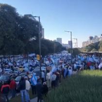 Con banderas y mascarillas, argentinos salen a las calles a manifestarse contra el Gobierno
