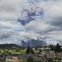 Volcán hace erupción en Indonesia y desprende enorme nube de ceniza