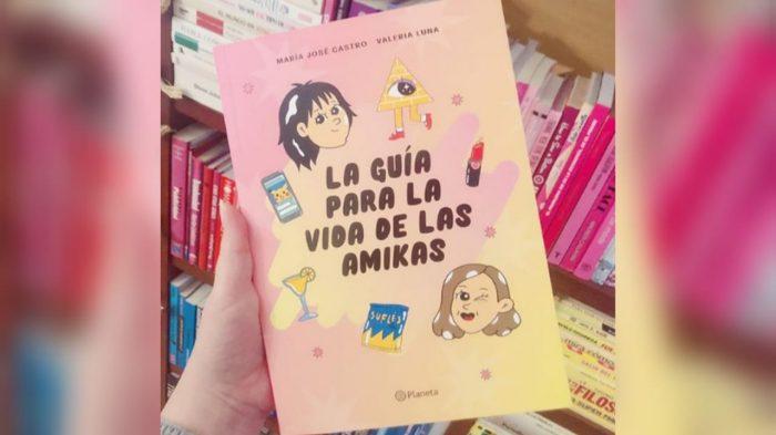 """Las podcasters más escuchadas de Chile comentan su incursión en el mundo literario con la publicación de """"La guía para la vida de las amikas"""""""