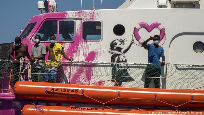 Guardacostas italianos acuden en ayuda del barco humanitario de Banksy