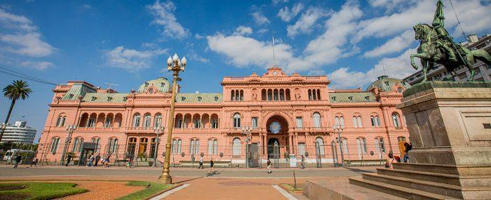 Cómo se reparte la torta del avisaje estatal en Argentina: las cifras del primer semestre