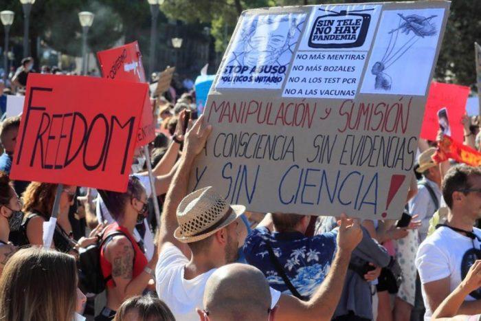 Policía española detiene a un negacionista de la pandemia por incitación al odio