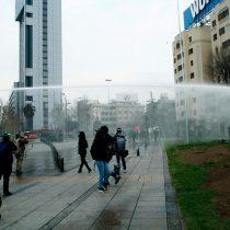 Lanzaaguas y detenciones en Plaza Italia: Carabineros dispersa a manifestantes a pie que se congregaron en el sector