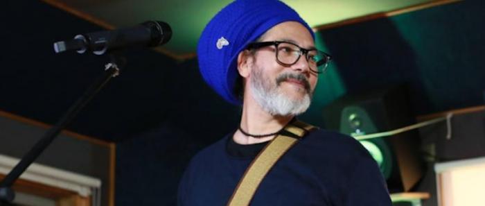 Quique Neira canta en versión acústico desde San Joaquín al mundo vía online
