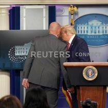 """Trump es sacado abruptamente de rueda de prensa en la Casa Blanca por Servicio Secreto tras """"tiroteo"""""""