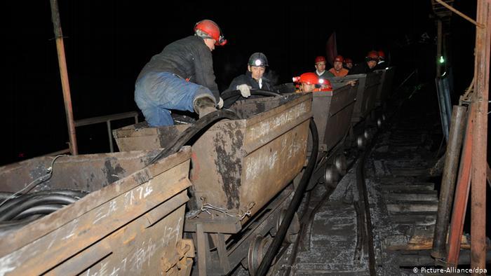 Escape de gas deja a 17 mineros atrapados en China