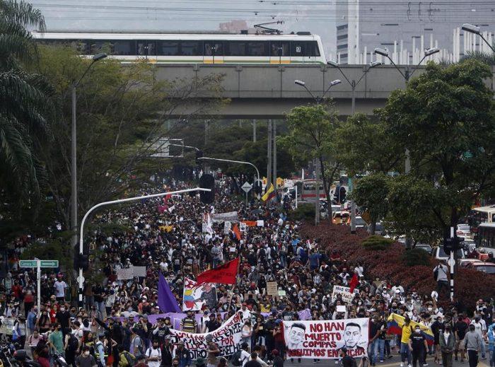 Colombianos se manifiestan en la calle en jornada empañada por disturbios
