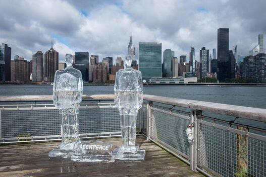 Ante ausencia de Trump y Bolsonaro en cumbre sobre Biodiversidad: Activistas de Greenpeace colocan esculturas de hielo de ambos mandatarios frente a edificio de la ONU en Nueva York
