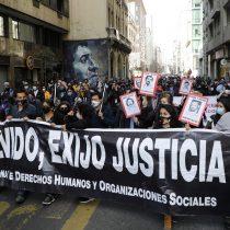 Cientos de personas marchan por el centro de Santiago para conmemorar a detenidos desaparecidos y ejecutados políticos en la dictadura de Pinochet