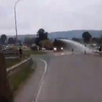 Captan intervención del carro lanzaaguas contra manifestantes opositores al paro de camioneros en Talca