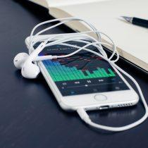 El peligro del uso excesivo de audífonos para escuchar música durante la pandemia