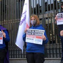 """Protestas en el frontis del Ministerio de Justicia por las terapias que """"curan"""" la orientación sexual y expresión de género"""