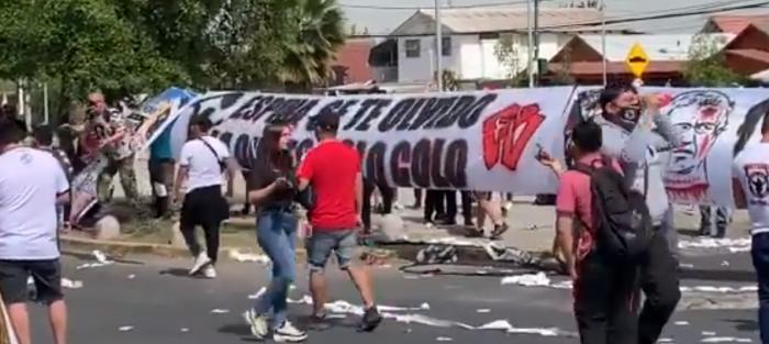 Hinchas de Colo-Colo se manifiestan a las afueras del Estadio Monumental tras bochornosa suspensión del partido ante Deportes Antofagasta