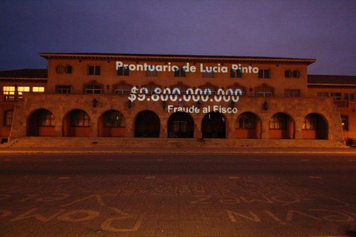 """""""Lucía Pinto debe pagar"""": partidarios del Apruebo proyectaron imágenes en la intendencia de Coquimbo en relación a los casos de corrupción del 'Papaya Gate'"""