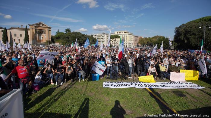 Cientos de personas se manifiestan en Roma contra el uso de mascarillas