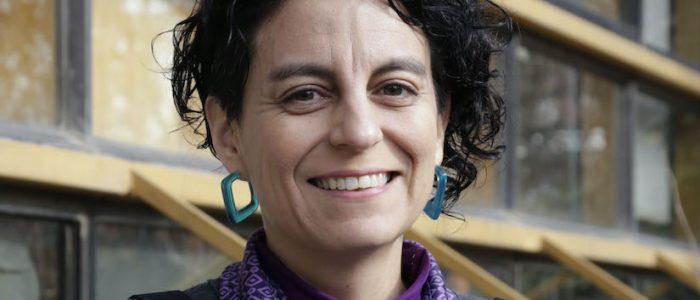 Lingüista Alejandra Meneses en Cita de libros: «La letra 'e' emerge como una bandera para proclamar la necesidad de que cada persona, que forma nuestra sociedad, pueda ser nombrada»