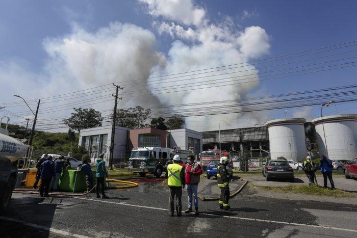 Gran incendio afecta a la Pesquera Camanchaca que compromete ambientalmente a Talcahuano