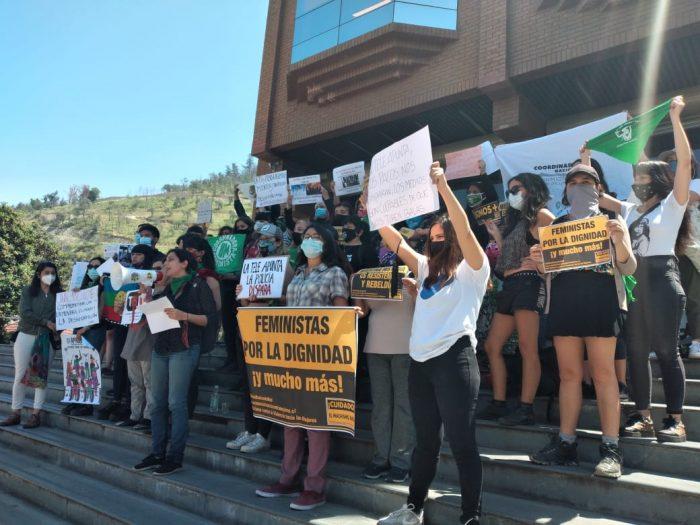 Coordinadora Feminista 8M interviene frontis de Canal Trece en protesta a la cobertura mediática realizada sobre violencia policial