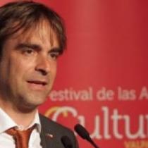 La insólita ignorancia de Luciano Cruz-Coke: exministro de Cultura ningunea proyecto de ley que afecta intereses de dueños de galerías de arte como son su señora y su suegra