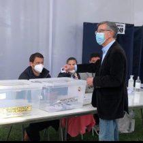 """Plebiscito: Tras su votación en colegio de Las Condes, alcalde Lavín asegura que """"Chile inicia una nueva etapa que va a ser mejor"""""""