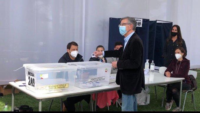 Plebiscito: Tras su votación en colegio de Las Condes, alcalde Lavín asegura que