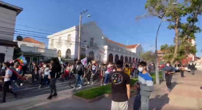 Manifestantes se toman las calles de Concepción y La Serena un día después del primer aniversario del 18-O