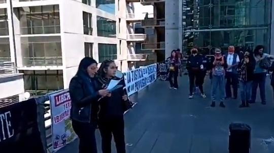 Decenas de personas se manifestaron en el Centro de Justicia de Santiago en apoyo de los presos en el contexto del estallido social