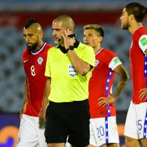 Dio la vuelta al mundo: la mano penal desestimada por el árbitro Eber Aquino en el duelo Uruguay vs Chile