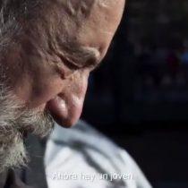 """""""No hay ninguna posibilidad que sigamos bajo la sombra de Pinochet"""": el destacado poeta nacional Raúl Zurita protagonizó espacio de la franja electoral por el Apruebo"""