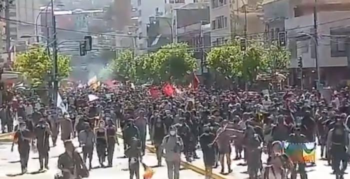 Masiva manifestación en Valparaíso un día después del primer aniversario del 18-O