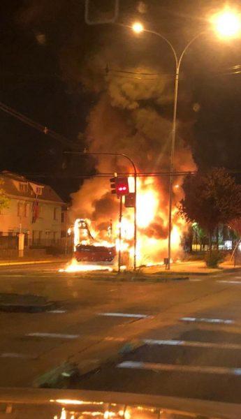 Desconocidos intimidan a chofer y queman bus RED en Ñuñoa