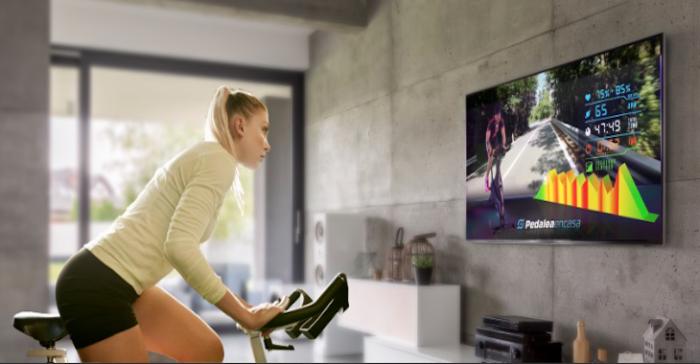 Plataforma de ciclismo digital permite pedalear al ritmo de música de los 80