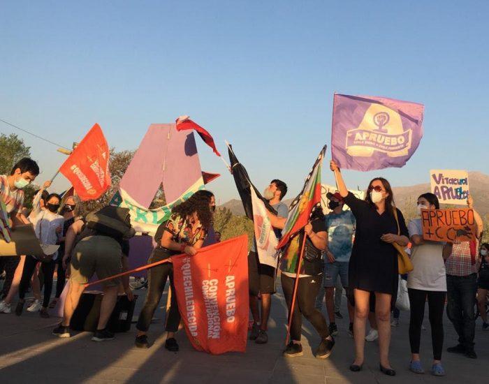 Adherentes realizaron cierres de campañas del Apruebo y del Rechazo en distintos puntos del país