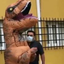 """Casi se queda sin votar en el Plebiscito: Personaje """"Corre Dinosaurio"""" tuvo problemas para ingresar a local por su disfraz"""