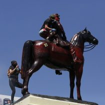 Vuelven a pintar de rojo la estatua del general Baquedano en el aniversario del 18-O