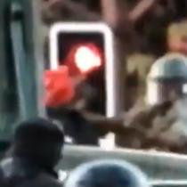 Video muestra el momento en que carabinero de FF.EE. lanza a manifestante al río Mapocho