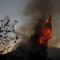 Captan momento en que torre de la Parroquia de la Asunción se derrumba tras ser incendiada durante manifestaciones del 18-O