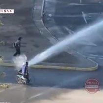 Indignación en redes sociales por manifestante en silla de ruedas impactado por carro lanzaaguas de Carabineros