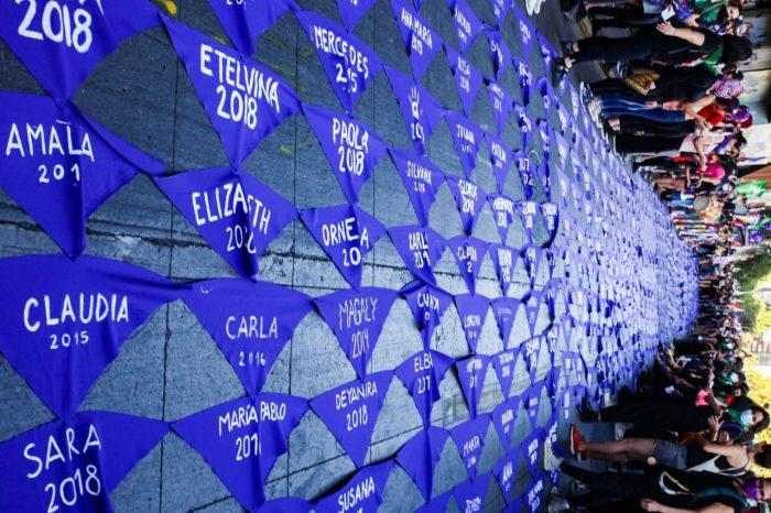 Coordinadora Feminista 8M desplegó 640 pañuelos en memoria de las víctimas de femicidios de los últimos 10 años