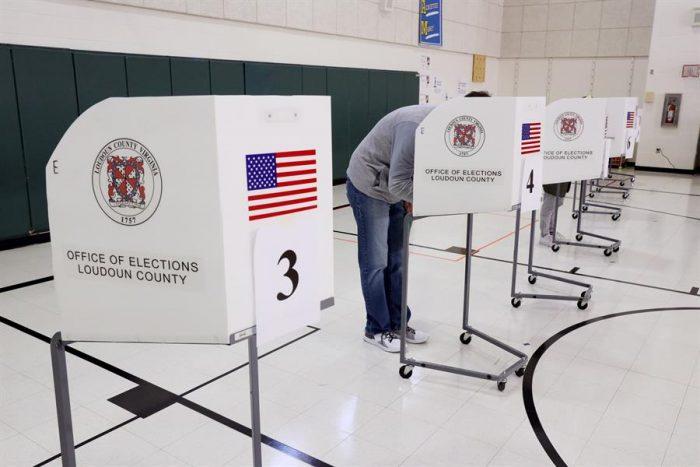 Ciudadanos se movilizan a los centros de votaciones en el día de la elección presidencial en Estados Unidos
