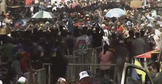 Se registran incidentes entre policía argentina e hinchas tras cierre de filas para asistir al velorio de Diego Maradona
