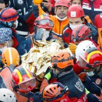 Milagro en Turquía: rescatan a niña de 3 años bajo los escombros tras el sismo que ha dejado 85 muertos