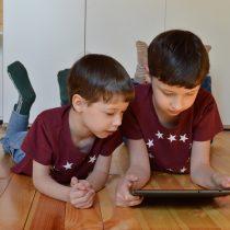 Casi un tercio de los padres chilenos desearía estar más involucrado en la vida digital de sus hijos