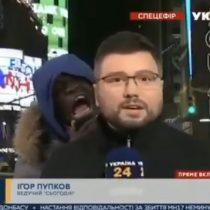 Hombre asustó a periodista mientras realizaba reporte de las elecciones de Estados Unidos en pleno despacho en vivo