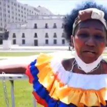 Madre de Romario Veloz se encadena en el frontis de La Moneda para exigir justicia por su hijo fallecido durante el estallido social